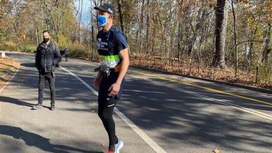 """صورة بـ""""الذكاء الاصطناعي"""".. كفيف يركض 5 كيلومترات بدون مساعدة"""
