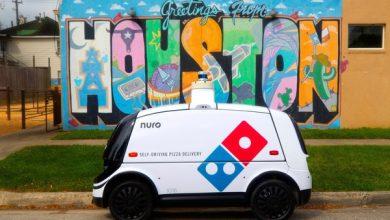صورة روبوت Nuro الذاتي القيادة يسلم طلبات دومينوز بيتزا